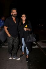 Suniel Shetty, Mana Shetty snapped in Mumbai airport leaving For IIFA which will held in New York on 11th July 2017 (65)_5965e756b6584.JPG