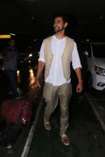 Kunal Kapoor Spotted At Airport Returns From IIFA on 17th July 2017 (32)_596d7a17c9009.JPG