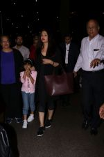 Aishwarya Rai with daughter Aaradhya Bachchan spotted at the airport on 22nd July 2017 (1)_59731c4e87110.JPG