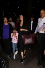 Aishwarya Rai with daughter Aaradhya Bachchan spotted at the airport on 22nd July 2017 (2)_59731c4f5bd95.JPG