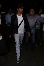 Hrithik Roshan Spotted At Airport on 22nd July 2017 (8)_59730cec980c6.JPG