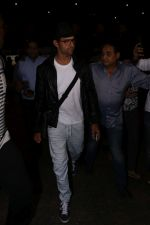 Hrithik Roshan Spotted At Airport on 22nd July 2017 (9)_59730ced698ae.JPG
