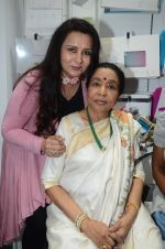 Poonam Dhillon, Asha Bhosle at the Launch OF Zanai Bhosle_s iAzre, Apple Store on 30th July 2017 (267)_597ea9915b481.JPG