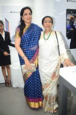 Rashmi Thackeray, Asha Bhosle at the Launch OF Zanai Bhosle_s iAzre, Apple Store on 30th July 2017 (155)_597eacf365d4b.JPG