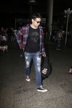 Sidharth Malhotra Spotted At Airport on 31st July 2017 (2)_597eee7ee8754.JPG