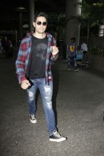 Sidharth Malhotra Spotted At Airport on 31st July 2017 (9)_597eeea218bea.JPG