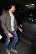 Farhan Akhtar Spotted At Airport on 2nd Aug 2017 (1)_59817bdc2b465.JPG