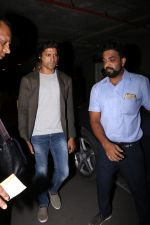 Farhan Akhtar Spotted At Airport on 2nd Aug 2017 (15)_59817bd4e89d9.JPG