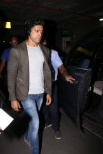 Farhan Akhtar Spotted At Airport on 2nd Aug 2017 (17)_59817bd82d121.JPG