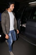 Farhan Akhtar Spotted At Airport on 2nd Aug 2017 (19)_59817bda96a10.JPG
