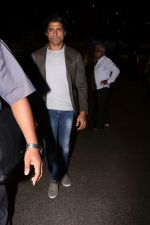 Farhan Akhtar Spotted At Airport on 2nd Aug 2017 (2)_59817bc304f08.JPG