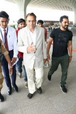 Dharmendra Spotted At Airport on 9th Aug 2017 (10)_598bf7ce4f54b.JPG