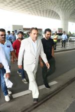 Dharmendra Spotted At Airport on 9th Aug 2017 (3)_598bf7ca9a205.JPG