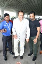 Dharmendra Spotted At Airport on 9th Aug 2017 (4)_598bf7cb389d2.JPG
