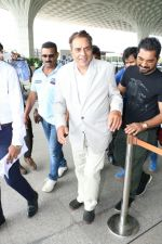 Dharmendra Spotted At Airport on 9th Aug 2017 (5)_598bf7cbc3d5a.JPG