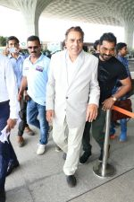 Dharmendra Spotted At Airport on 9th Aug 2017 (6)_598bf7cc50ec3.JPG