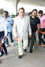 Dharmendra Spotted At Airport on 9th Aug 2017 (7)_598bf7ccc90ff.JPG