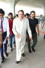 Dharmendra Spotted At Airport on 9th Aug 2017 (8)_598bf7cd4e6f6.JPG