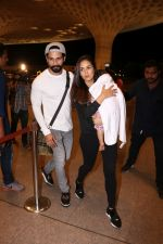 Shahid Kapoor, Mira Rajput Spotted At Airport on 10th Aug 2017 (10)_598c1782c33e1.JPG