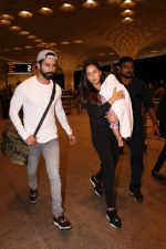 Shahid Kapoor, Mira Rajput Spotted At Airport on 10th Aug 2017 (3)_598c17805a3cf.JPG