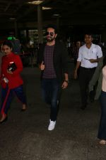 Ayushmann Khurrana Spotted At Airport on 12th Aug 2017 (10)_598f3cac9d40b.JPG