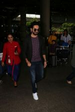 Ayushmann Khurrana Spotted At Airport on 12th Aug 2017 (4)_598f3ca3dfd70.JPG