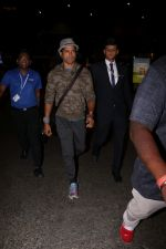 Farhan Akhtar Spotted At Airport on 12th Aug 2017 (10)_598f3cd246db4.JPG