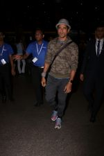 Farhan Akhtar Spotted At Airport on 12th Aug 2017 (2)_598f3ccd0cce5.JPG