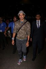Farhan Akhtar Spotted At Airport on 12th Aug 2017 (5)_598f3ccedc8b6.JPG