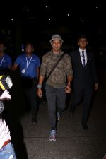 Farhan Akhtar Spotted At Airport on 12th Aug 2017 (6)_598f3ccfa6c73.JPG