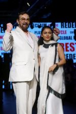 Kabir Bedi, Parveen Dusanj at Lakme Fashion Week 2017 on 17th Aug 2017 (17)_5995afdb2cf74.JPG