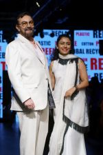 Kabir Bedi, Parveen Dusanj at Lakme Fashion Week 2017 on 17th Aug 2017 (19)_5995afdbde83c.JPG