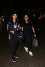 Yami Gautam Spotted At Airport  on 18th Aug 2017 (2)_5998545cebe0b.JPG