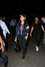 Yami Gautam Spotted At Airport  on 18th Aug 2017 (9)_59985466f29fb.JPG