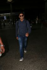 Farhan Akhtar Spotted At Airport on 19th Aug 2017 (10)_599924b81ca08.JPG
