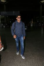 Farhan Akhtar Spotted At Airport on 19th Aug 2017 (7)_599924b44d783.JPG