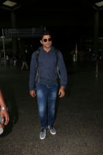 Farhan Akhtar Spotted At Airport on 19th Aug 2017 (8)_599924b5774de.JPG
