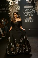 Ileana D_Cruz Walks Ramp For De Belle At LFW Winter Festive 2017 on 20th Aug 2017 (18)_599a8354c353a.JPG
