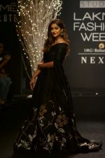 Ileana D_Cruz Walks Ramp For De Belle At LFW Winter Festive 2017 on 20th Aug 2017 (35)_599a835f7ad56.JPG