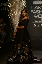 Ileana D_Cruz Walks Ramp For De Belle At LFW Winter Festive 2017 on 20th Aug 2017 (39)_599a8361dcef1.JPG