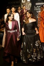 Ileana D_Cruz Walks Ramp For De Belle At LFW Winter Festive 2017 on 20th Aug 2017 (50)_599a836934b70.JPG