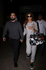 Shilpa Shetty & Raj Kundra Spotted At Airport on 23rd Aug 2017 (26)_599d48b1879d1.JPG