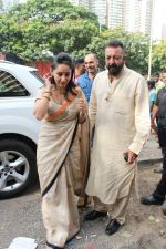 Sanjay Dutt, Manyata Dutt At The Shoot For The Ganesh Aarti on 23rd Aug 2017 (11)_599e750ca076a.JPG