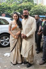 Sanjay Dutt, Manyata Dutt At The Shoot For The Ganesh Aarti on 23rd Aug 2017 (17)_599e7510548f5.JPG