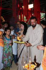 Sanjay Dutt, Manyata Dutt At The Shoot For The Ganesh Aarti on 23rd Aug 2017 (32)_599e75149dc82.JPG