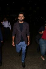 Ayushmann Khurrana Spotted At Airport on 28th Aug 2017 (8)_59a3c0df8f611.JPG