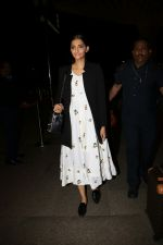 Sonam Kapoor Spotted At Airport on 31st Aug 2017 (13)_59a90c4654a64.JPG