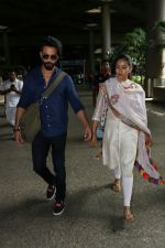 Shahid Kapoor with His Wife Mira Rajput Spotted At Airport on 2nd Sept 2017 (12)_59aabb7da241a.JPG