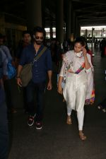 Shahid Kapoor with His Wife Mira Rajput Spotted At Airport on 2nd Sept 2017 (3)_59aabb7795f4f.JPG