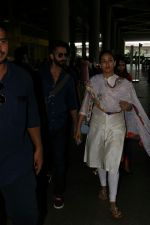 Shahid Kapoor with His Wife Mira Rajput Spotted At Airport on 2nd Sept 2017 (4)_59aabb78c82a2.JPG